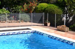 Picture of a pool safety fence installed around a pool in Kissimmee